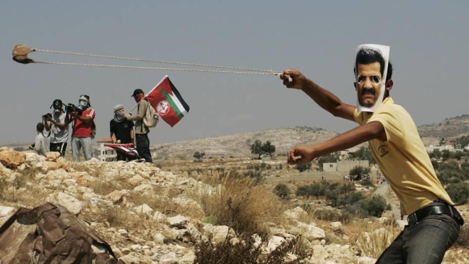 Palestinos protestam contra a construção da barreira separatista imposta por Israel na Cisjordânia