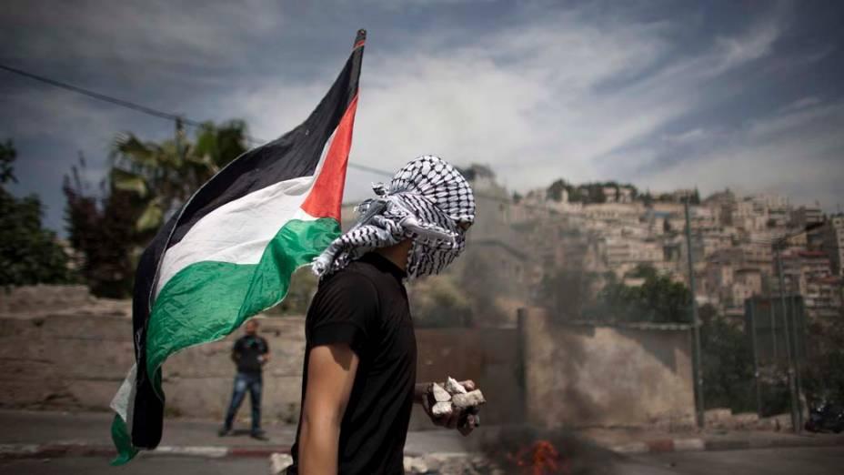 Palestinos bloqueiam rua durante protesto no bairro de Silwan, Israel