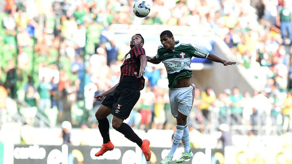 Jogadores do Palmeiras e Atlético Paranaense, durante partida válida pela 38ª rodada do Campeonato Brasileiro 2014