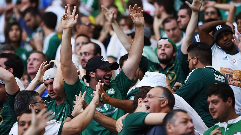 Torcedores do Palmeiras comemoram a permanência do time na Série A do Brasileirão após o empate por 1 a 1 contra o Atlético-PR, válida pela última rodada do Campeonato Brasileiro 2014, no Allianz Parque, na zona oeste de São Paulo, neste domingo (07)