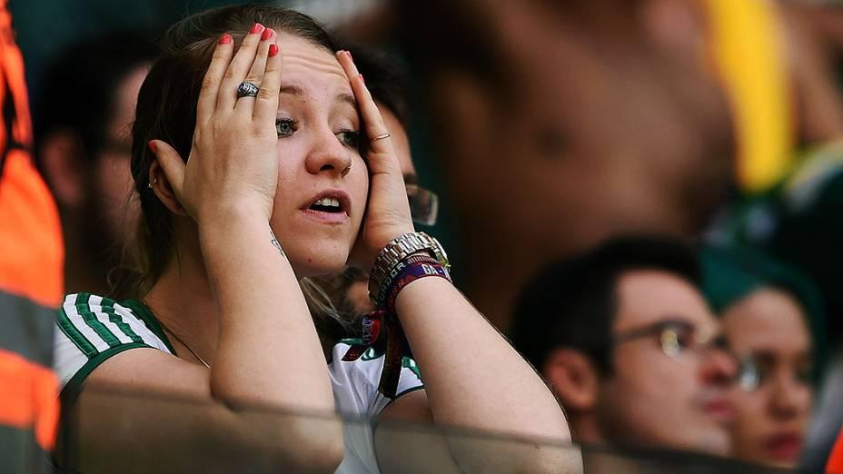 Torcedores do Palmeiras comemoram aliviados a permanência do time na Série A do Brasileirão após o empate por 1 a 1 contra o Atlético-PR, válida pela última rodada do Campeonato Brasileiro 2014, no Allianz Parque, na zona oeste de São Paulo, neste domingo (07)