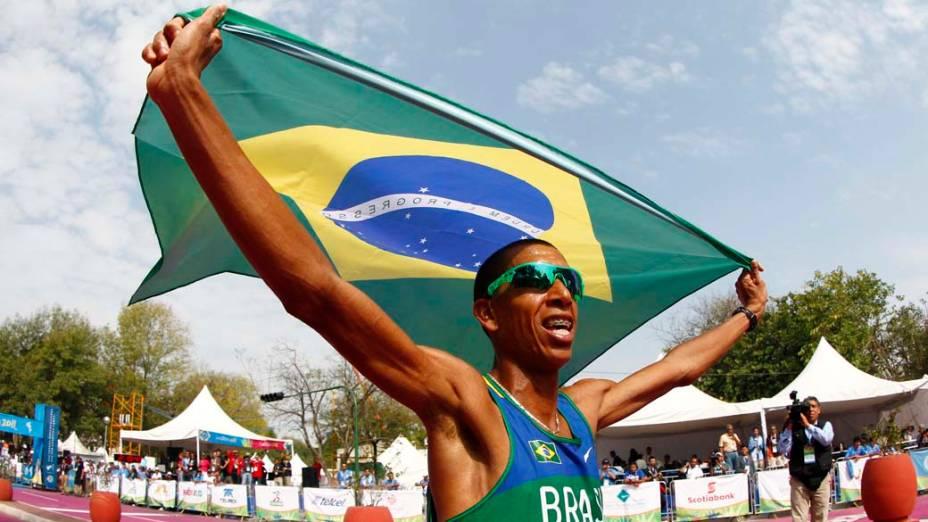 O brasileiro Solonei Silva comemora vitória na maratona masculina, no último dia dos Jogos Pan-Americanos em Guadalajara, México, em 30/10/2011