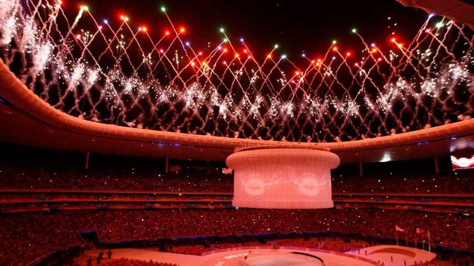 Fogos de artifício iluminam o Estádio Omnilife durante a cerimônia de encerramento dos Jogos Pan-Americanos em Guadalajara, México, em 30/10/2011