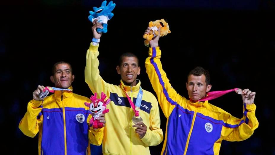 O colombiano Diego Alberto, medalha de prata, o brasileiro Solonei Silva, medalha de ouro e o colombiano Juan Carlos Cardona, melhada de bronze na maratona masculina, durante a cerimônia de encerramento dos Jogos Pan-Americanos em Guadalajara, México, em 30/10/2011