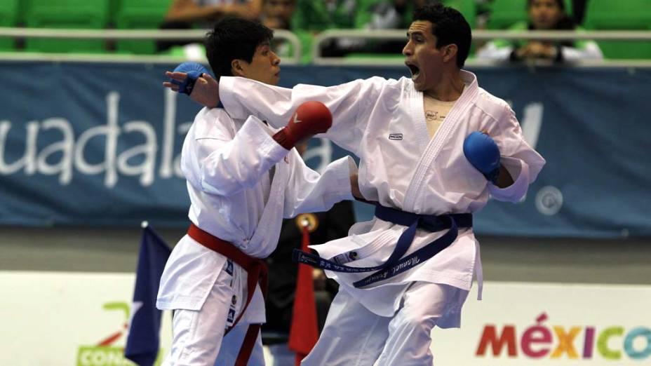 O peruano Denins Alexander e o mexicano Manuel Fernando Auraujo durante competição de caratê, no décimo quarto dia dos Jogos Pan-Americanos em Guadalajara, México, em 28/10/2011