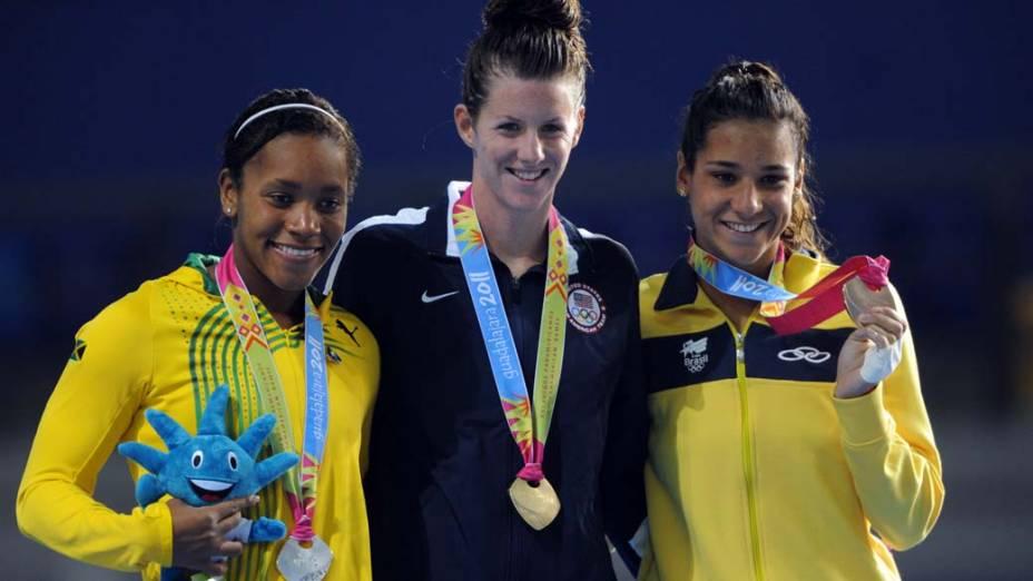 A jamaicana Alia Atkison, medalha de prata, a americana Julia Smit, medalha de ouro, e a brasileira Joanna Maranhão, medalha de bronze nos 200m medley, no quinto dia dos Jogos Pan-Americanos em Guadalajara, México, em 19/10/2011