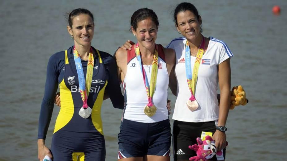 A brasileira Fabiana Beltrame, medalha de prata, a americana Jennifer Goldsack, medalha de ouro, e a cubana Yaima Velazquez, medalha de bronze no remo, no quinto dia dos Jogos Pan-Americanos em Guadalajara, México, em 19/10/2011