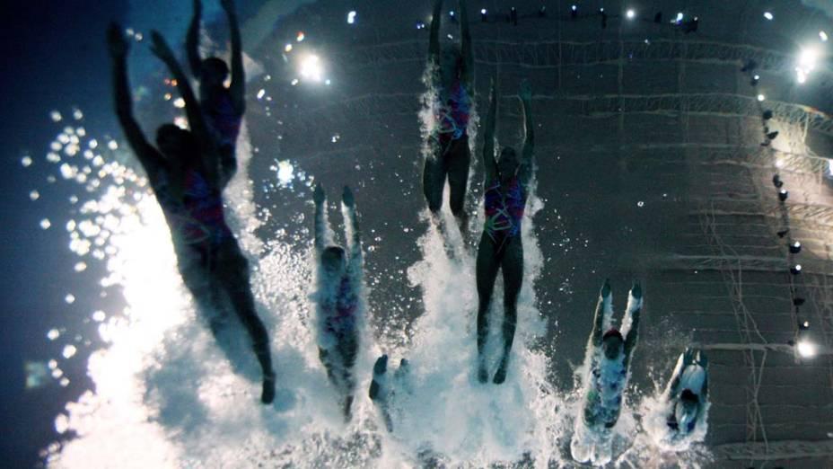 Equipe feminina brasileira de nado sincronizado mergulha na piscina em prova para qualificação geral, no quinto dia dos Jogos Pan-Americanos em Guadalajara, México, em 19/10/2011