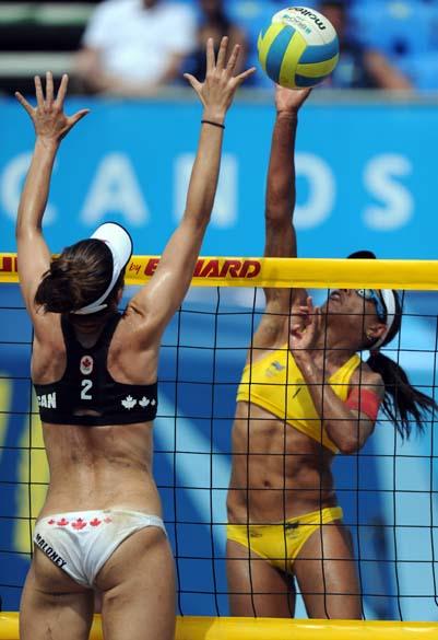 Dupla brasileira de vôlei de praia feminino em partida das quartas de final, no quinto dia dos Jogos Pan-Americanos em Guadalajara, México, em 19/10/2011