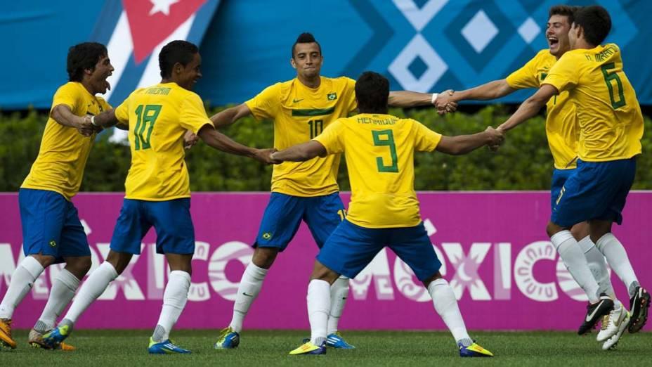 Equipe brasileira de futebol comemora gol na partida contra a equipe argentina em jogo de classificação, no quinto dia dos jogos Pan-Americanos em Guadalajara, no México, em 19/10/2011