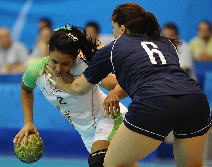 A argentina Maria Decilio bloqueia a jogadora mexicana Yesenia Salinas durante partida de handball, no quinto dia dos Jogos Pan-Americanos em Guadalajara, México, em 19/10/2011