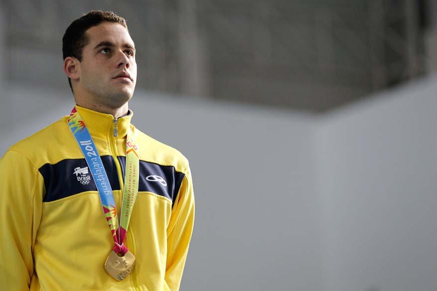 O brasileiro Thiago Pereira no pódio com a medalha de ouro após a prova dos 200 metros medley, no quinto dia dos Jogos Pan-Americanos em Guadalajara, México, em 19/10/2011
