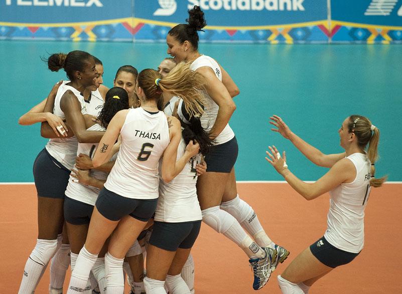 Equipe brasileira de vôlei comemora vitória sobre a equipe da República Dominicana em jogo da primeira fase, no quinto dia dos jogos Pan-Americanos em Guadalajara, no México, em 19/10/2011