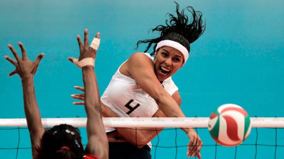 A brasileira Paula Pequeno faz um corte enquanto jogadora da República Dominicana, Cindy Rondon, tenta bloqueio durante partida da semifinal de vôlei, no quinto dia dos Jogos Pan-Americanos em Guadalajara, México, em 19/10/2011