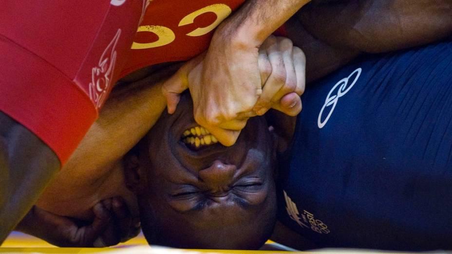 O brasileiro Rafael Pascoa dá uma cheva no colombiano Juan Lopez em partida de luta livre, no sexto dia dos Jogos Pan-Americanos em Guadalajara, México, em 20/10/2011