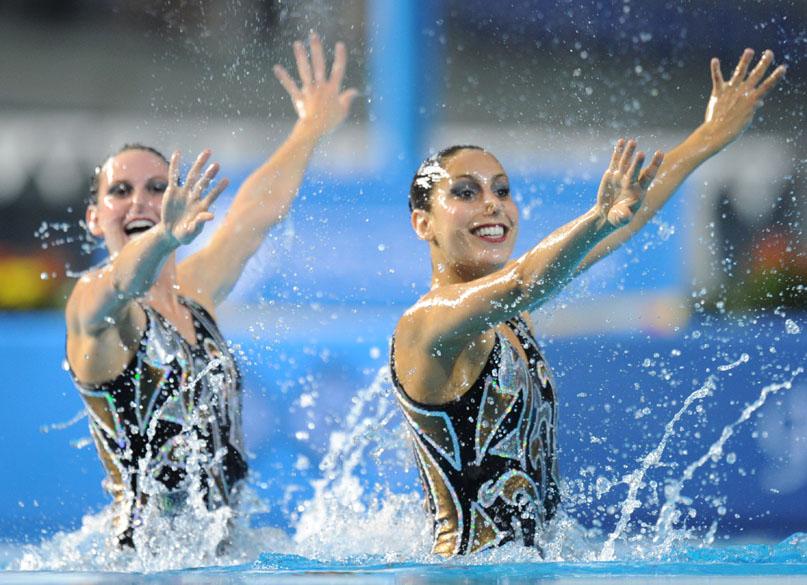 As brasileiras Lara Teixeira e Nayara Figueira em apresentação na final de nado sincronizado em dupla, no sexto dia dos Jogos Pan-Americanos em Guadalajara, México, em 20/10/2011