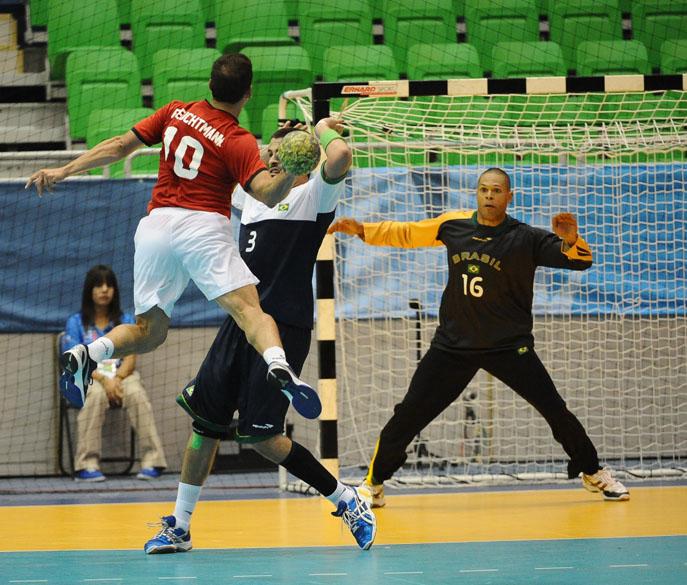 O chileno Thiagus Feuchtmann e o brasileiro Fernando Pacheco durante partida de handball masculino, no sexto dia dos Jogos Pan-Americanos em Guadalajara, México, em 20/10/2011