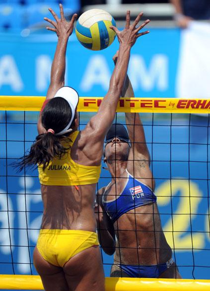 A brasileira Juliana Silva em jogo da semifinal de vôlei de praia contra a dupla de Porto Rico, no sexto dia dos Jogos Pan-Americanos em Guadalajara, México, em 20/10/2011