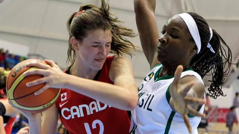 Disputa de bola entre a canadense Emma Wolfram e a brasileira Clarissa Dos Santos durante partida de basquete, no sétimo dia dos Jogos Pan-Americanos em Guadalajara, México, em 21/10/2011
