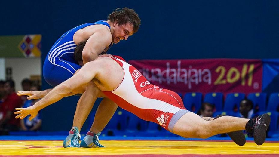 O argentino Yuri Maier aplica golpe em Korey Travis, do Canadá, durante luta greco-romana até 96kg, no sétimo dia dos Jogos Pan-Americanos em Guadalajara, México, em 21/10/2011