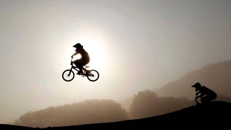 Cicilistas do BMX se aquecem no sétimo dia dos Jogos Pan-Americanos em Guadalajara, México, em 21/10/2011