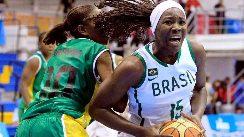 A brasileira Clarissa dos Santos durante partida de basquete contra a Jamaica, no oitavo dia dos Jogos Pan-Americanos em Guadalajara, México, em 22/10/2011