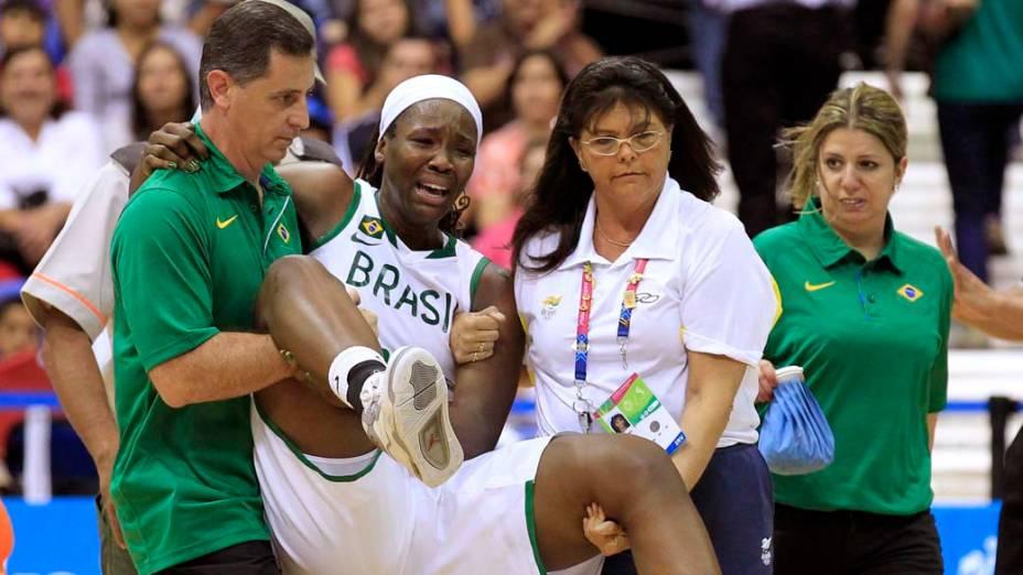 A brasileira Clarissa dos Santos se machuca durante partida de basquete contra a Jamaica, no oitavo dia dos Jogos Pan-Americanos em Guadalajara, México, em 22/10/2011