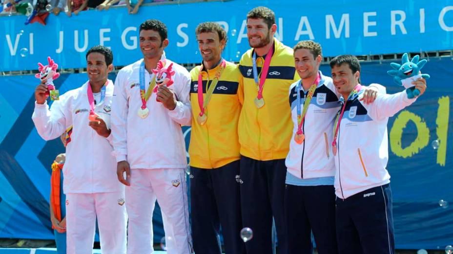 Os brasileiros Alisson Cerruti e Emanuel Rego, medalhistas de ouro no vôlei masculino, no oitavo dia dos Jogos Pan-Americanos em Guadalajara, México, em 22/10/2011