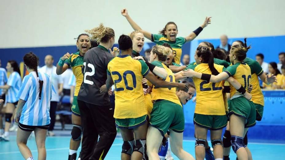 Equipe brasileira de handebol comemora medalha de ouro, no nono dia dos Jogos Pan-Americanos em Guadalajara, México, em 23/10/2011