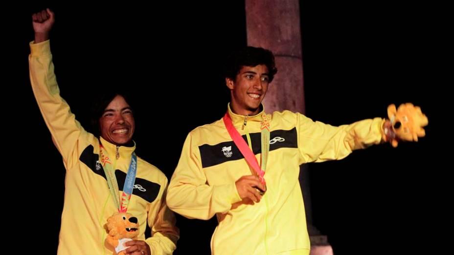 Os brasileiros Alexandre do Amaral e Gabriel Borges, medalhistas de ouro na prova de vela, categoria snipe, no nono dia dos Jogos Pan-Americanos em Guadalajara, México, em 23/10/2011