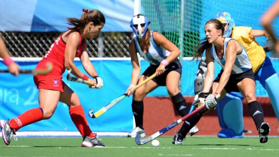 Partida de hóquei feminino entre Chile e Argentina, no décimo segundo dia dos Jogos Pan-Americanos em Guadalajara, México, em 26/10/2011