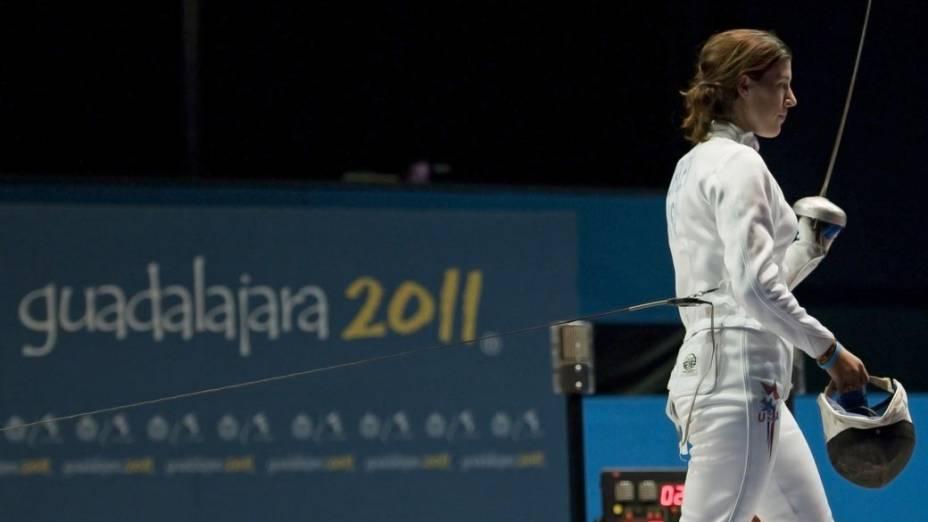A americana Kelley Hurley após esgrima com a argentina Elida Aguero, no décimo segundo dia dos Jogos Pan-Americanos em Guadalajara, México, em 26/10/2011