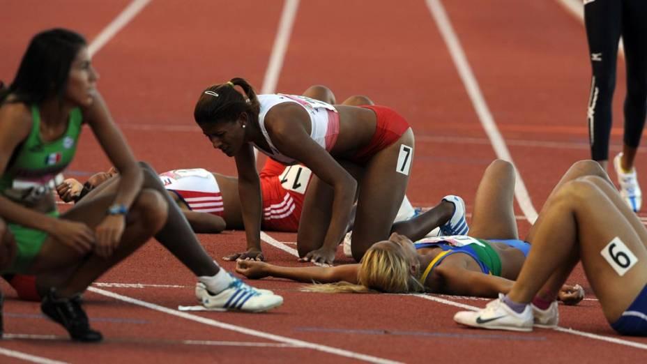 Atletas descansam após corrida de 400 m feminina, no décimo segundo dia dos Jogos Pan-Americanos em Guadalajara, México, em 26/10/2011