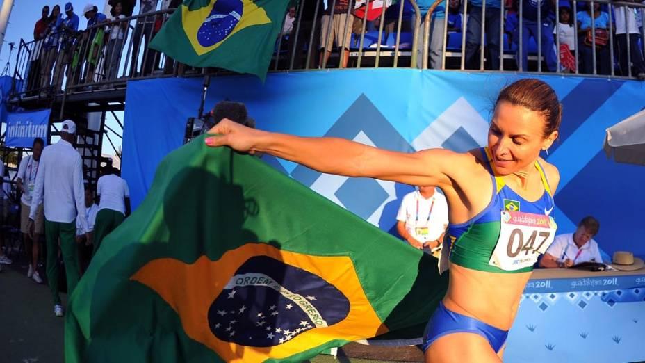 A brasileira Maurren Maggi após ganhar o ouro no salto em distância, no décimo segundo dia dos Jogos Pan-Americanos em Guadalajara, México, em 26/10/2011