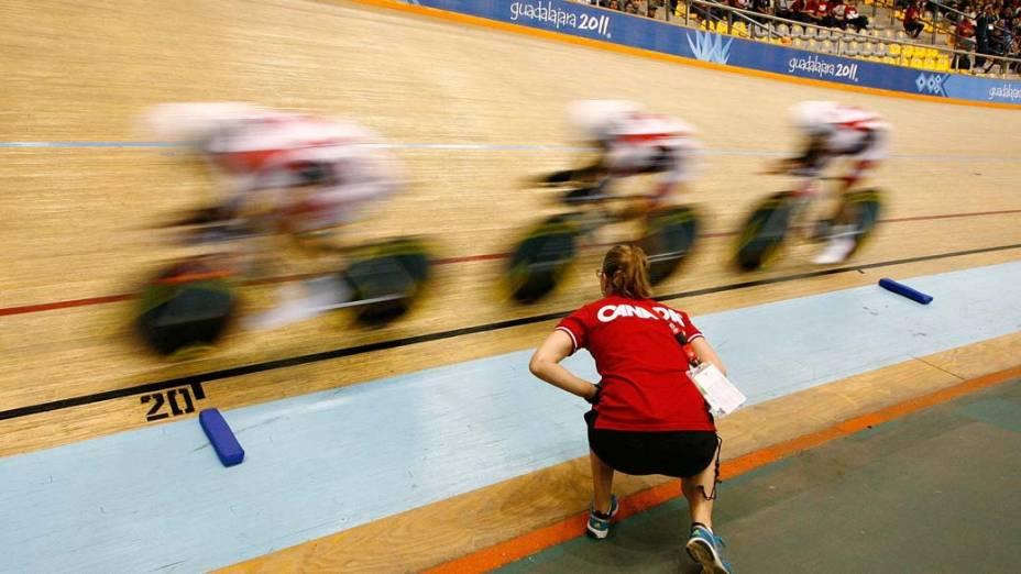 As canadenses Stephanie Roorda, Jasmin Glaesser e Laura Brown durante prova de classificação do ciclismo, no quarto dia dos Jogos Pan-Americanos em Guadalajara, México, em 18/10/2011 <br>