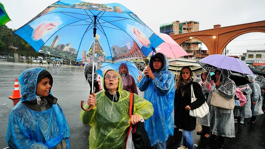 Fiéis aguardam a chegada do papa Francisco em Aparecida do Norte