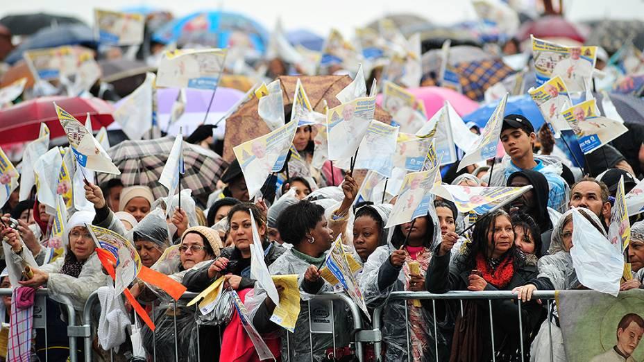 Multidão aguarda papa Francisco debaixo de chuva em Aparecida do Norte
