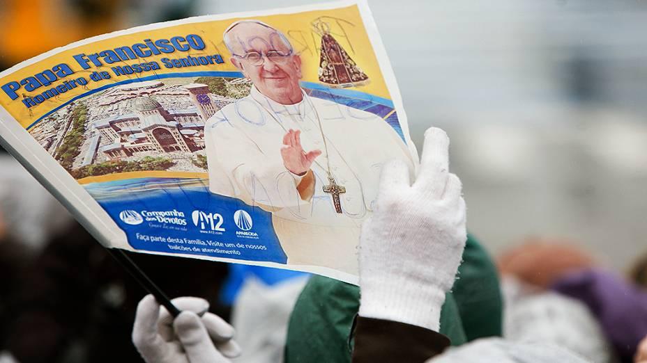 Fiél segura bandeira com a imagem do papa Francisco durante a Jornada Mundial da Juventude, em Aparecida do Norte