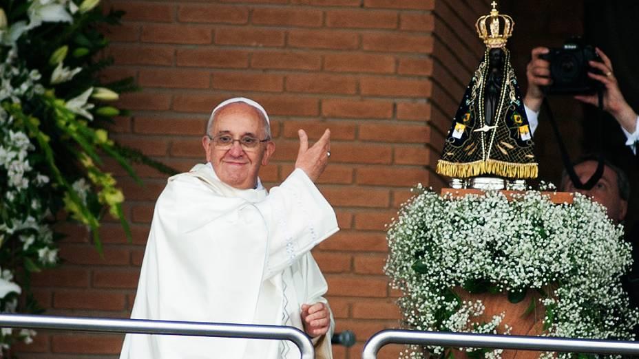 Papa Francisco na saída da Basílica de Nossa Senhora Aparecida