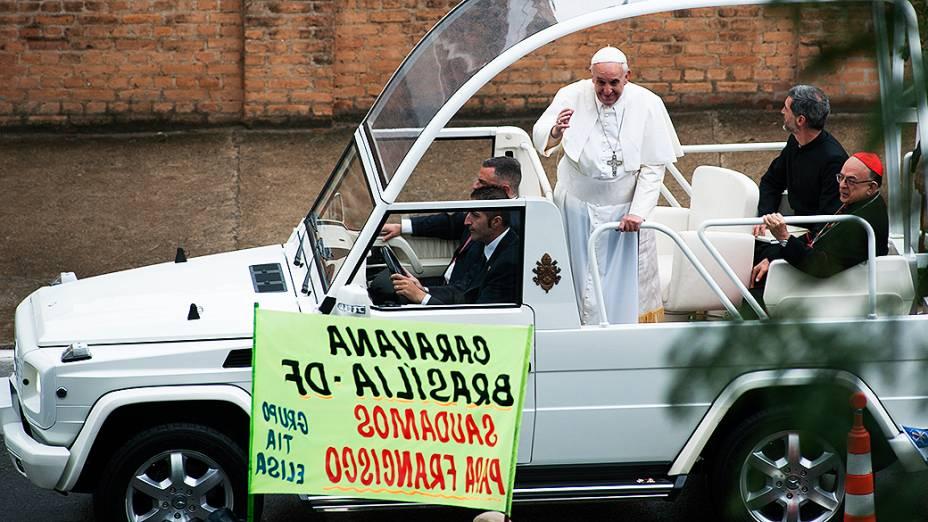 Papa Francisco no papamóvel após celebrar missa em Aparecida do Norte