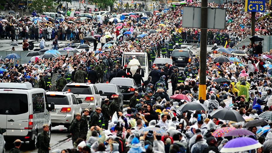 Multidão na saída do papa Francisco da Basílica de Nossa Senhora Aparecida