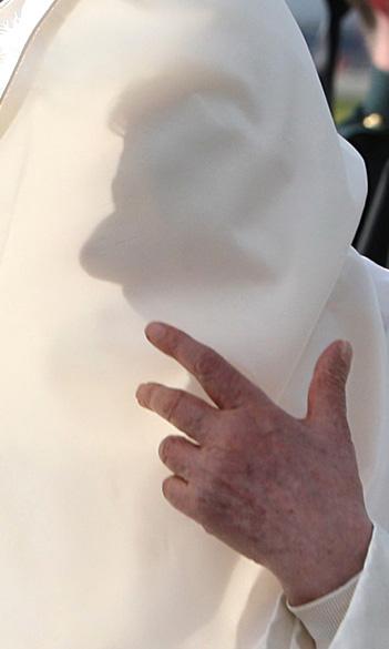 Papa Bento XVI chega à Grã-Bretanha na primeira visita de um pontífice ao país em 28 anos