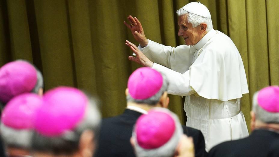 O papa Bento 16 participa de reunião com os bispos, no Vaticano