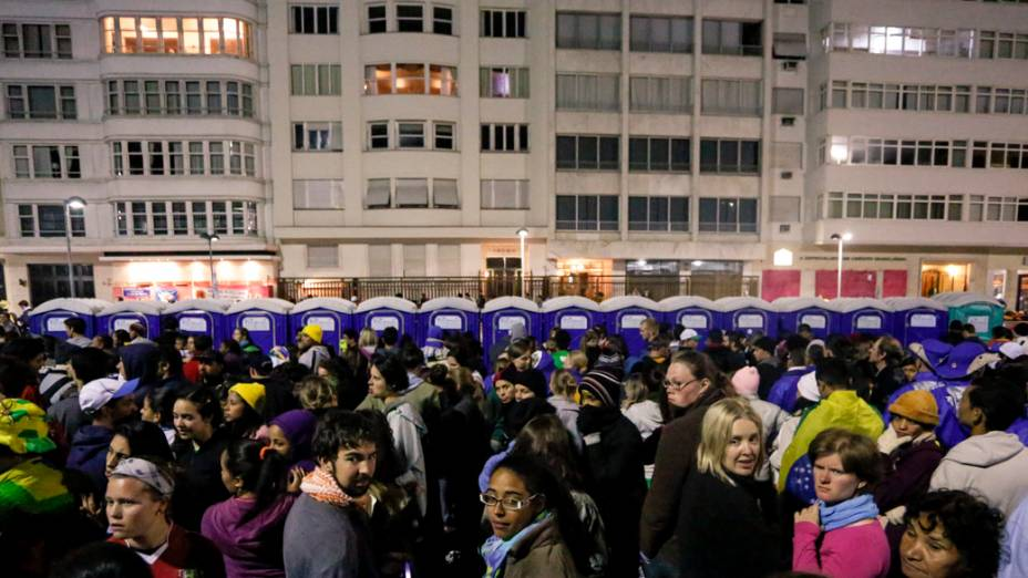 Fiéis enfrentam filas para utilizar banheiros químicos no Rio de Janeiro