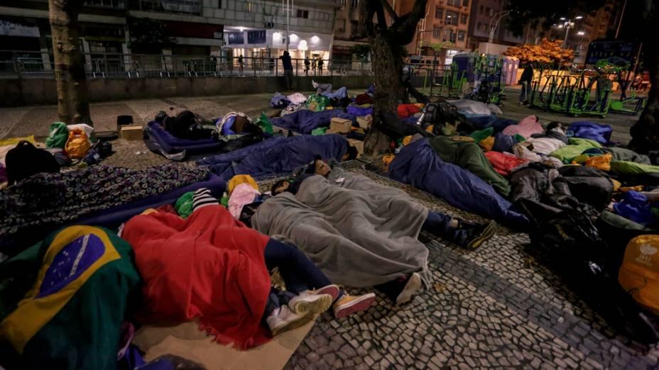 Fiéis dormem na praia de Copacabana durante a Jornada Mundial da Juventude, em 27/07/2013