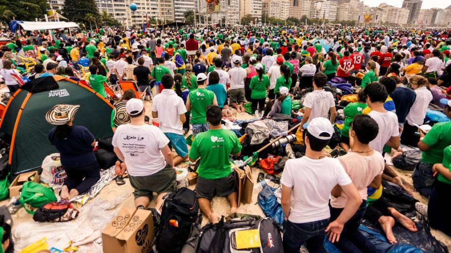 Peregrinos na praia de Copacabana durante a JMJ 2013