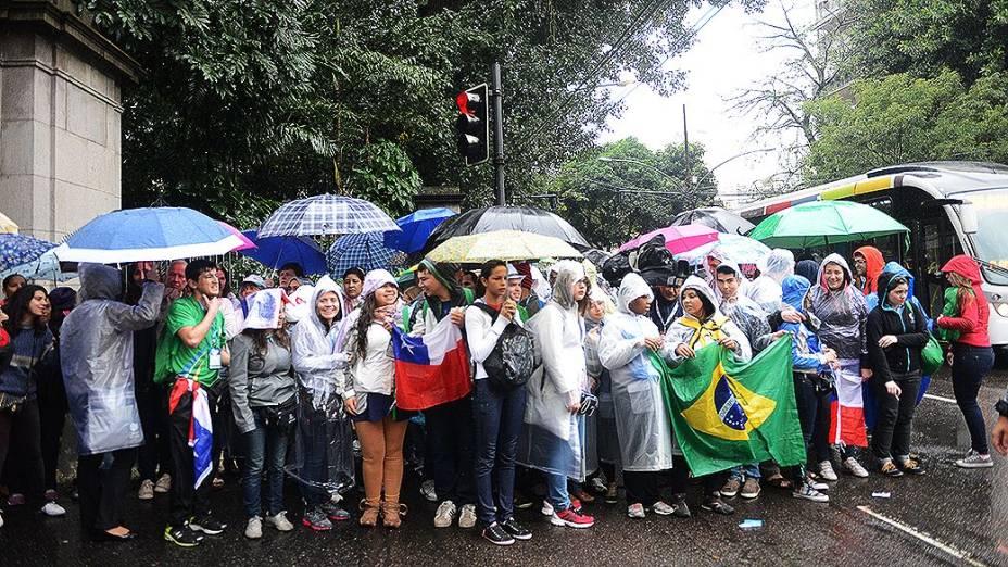 Peregrinos aguardam papa Francisco no Palácio da Cidade, sede da prefeitura do Rio