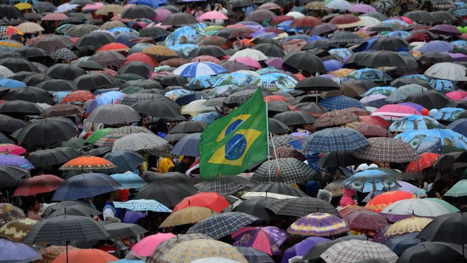 Multidão na favela Varginha durante visita do papa Francisco