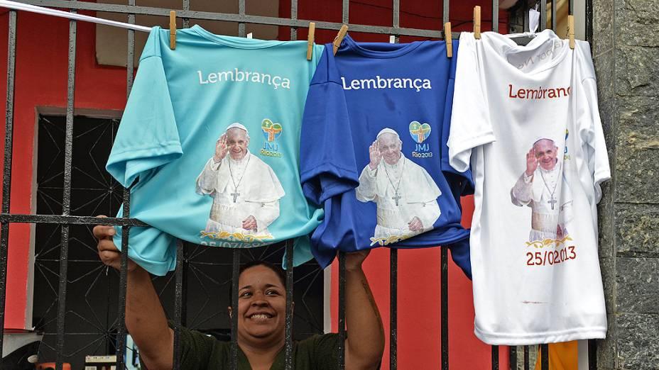 Camisetas com a imagem do papa Francisco são vendidas na favela Varginha