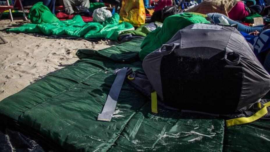 Peregrinos montando acampamento na praia de Copacabana na manhã desta sexta-feira